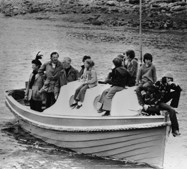 «Cette photo a été prise quelques jours avant le drame. C'étaient les vacances à bord du «Shadow V ». De gauche à droite : les deux gendres de Mountbatten, Lord « Dickie », sa fille Lady Brabourne et ses petits-enfants. Le jour de l'explosion, ils n'étaient que huit sur le bateau. Quatre d'entre eux sont morts.» - Paris Match n°1580, 7 septembre 1979