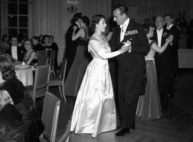 « Chaque gala, chaque cérémonie, étaient l'occasion pour Elizabeth de montrer sa faveur à Lord Mountbatten : elle lui était reconnaissante de lui avoir fait connaître Philip. » - Paris Match n°1580, 7 septembre 1979. Sur cette photo, gala de charité au Savoy en 1951.