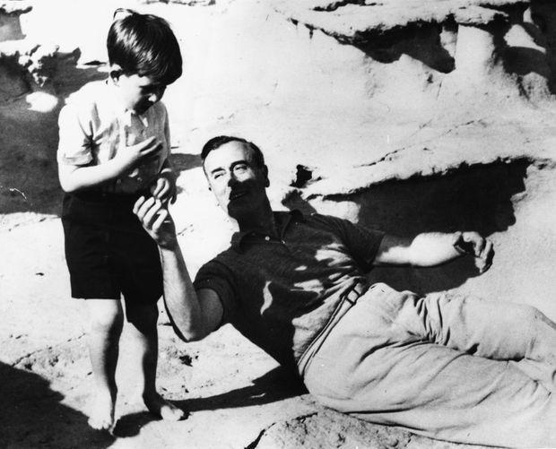 « Le Prince Charles enfant avait passé ses premières vacances loin de ses parents à Malte (ici en 1954) avec oncle 'Dickie'. » - Paris Match n°1580, 7 septembre 1979