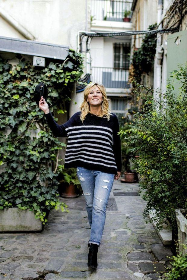 Elle habite depuis vingt ans un petit brin de campagne à Paris près de la rue Mouffetard,