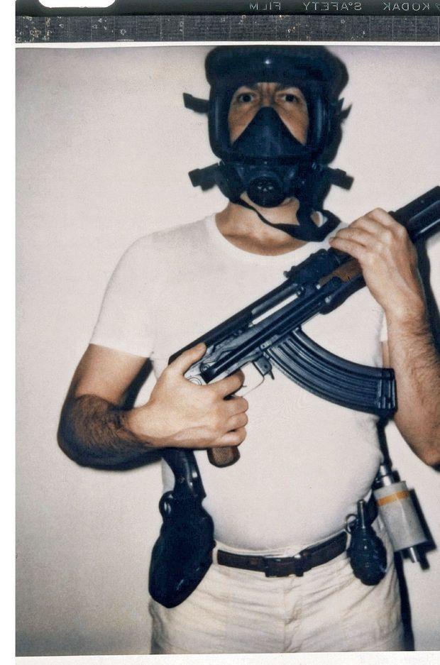 Le 4 août 1978, Mesrine pose pour Paris Match arme au poing et déclare : « Maintenant c'est la guerre [...] je ne me rendrai pas. » Le 2 novembre 1979, la police l'abat porte de Clignancourt, à Paris.