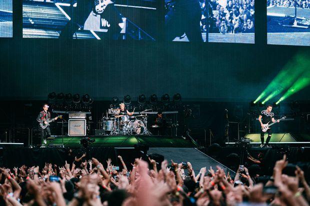 Matthew Bellamy avec ses comparses de Muse, Dom Howard à la batterie et Chris Wolstenholme à la basse.