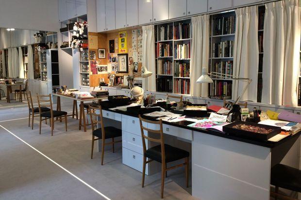 Le musée Yves Saint Laurent présente le bureau du créateur.