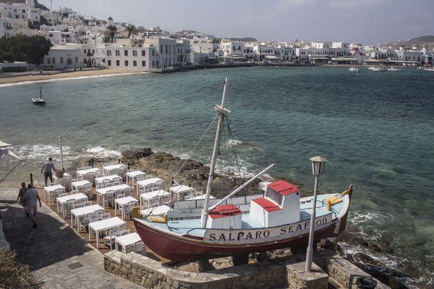 Le port de Chora. Taverne, maisons blanches et moulin: une carte postale grandeur nature.