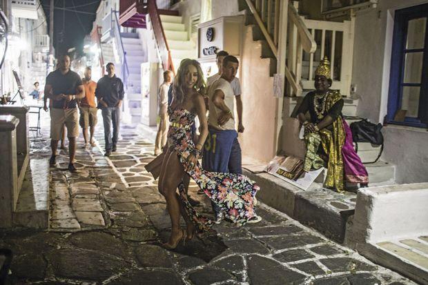 A Mykonos, une belle de nuit parmi les touristes. Que la fête commence!