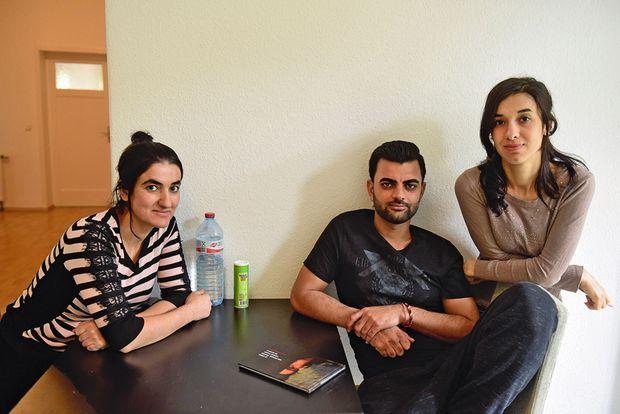 Nadia avec sa soeur Dimal, qui a passé sept mois aux mains des combattants de Daech, et leur ami Abid.