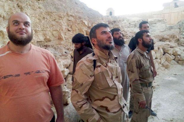 Nameh (à g.) lors d'une tournée d'inspection de Jaych Al-Islam, dans le désert syrien (ou la Badiya) en 2013. A son côté, le chef du groupe, Zahran Allouche, tué en 2015.