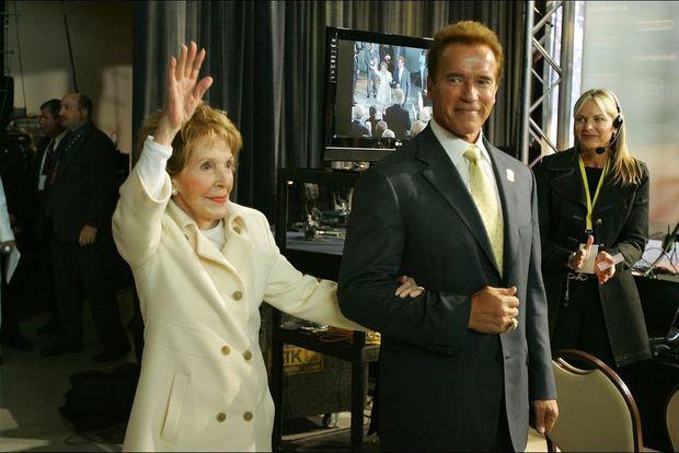 Nancy Reagan et Arnold Schwarzenegger lors du premier débat entre candidats républicains le 3 mai 2007.