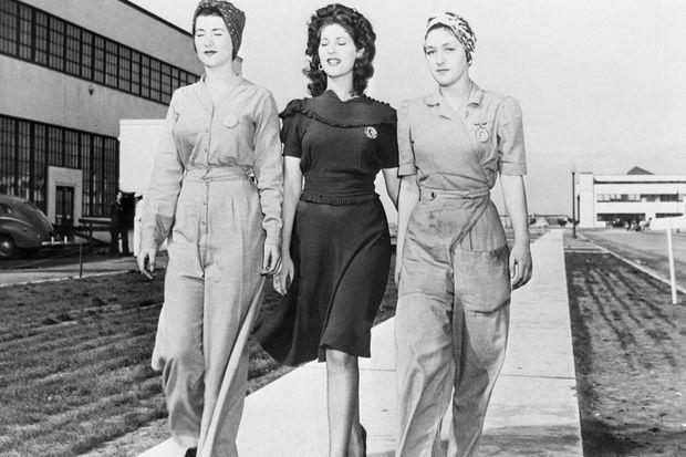 Naomi Parker, à gauche, avec sa soeur Ada, au centre, en 1942.