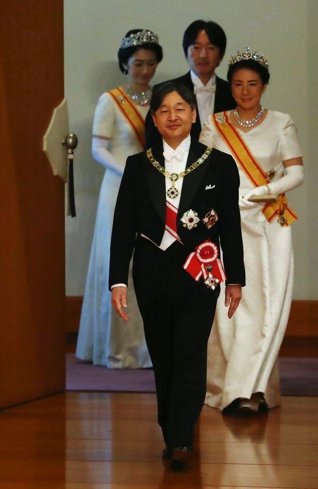 Naruhito suivi de son épouse, Masako, de son frère, le prince Fumihito d'Akishino, avec son épouse, Kiko, dans la salle des Pins du palais impérial, le 1er mai.