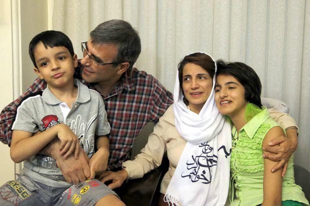 Nasrin Sotoudeh à son retour chez elle, entourée de son mari Reza Khandan, et de ses enfants.