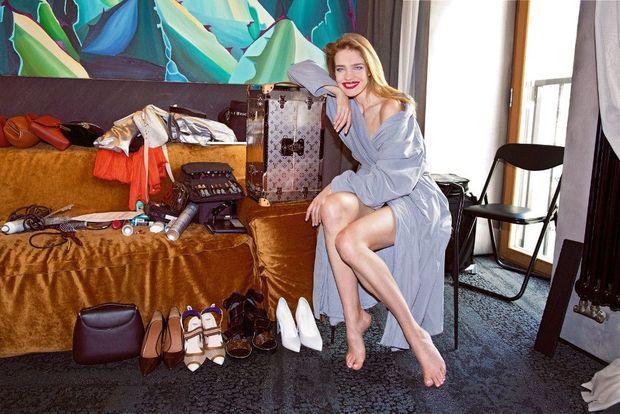 Quelques heures avant le coup d'envoi, Natalia Vodianova dans sa chambre d'hôtel à Moscou, avec l'écrin qui recevra la coupe.