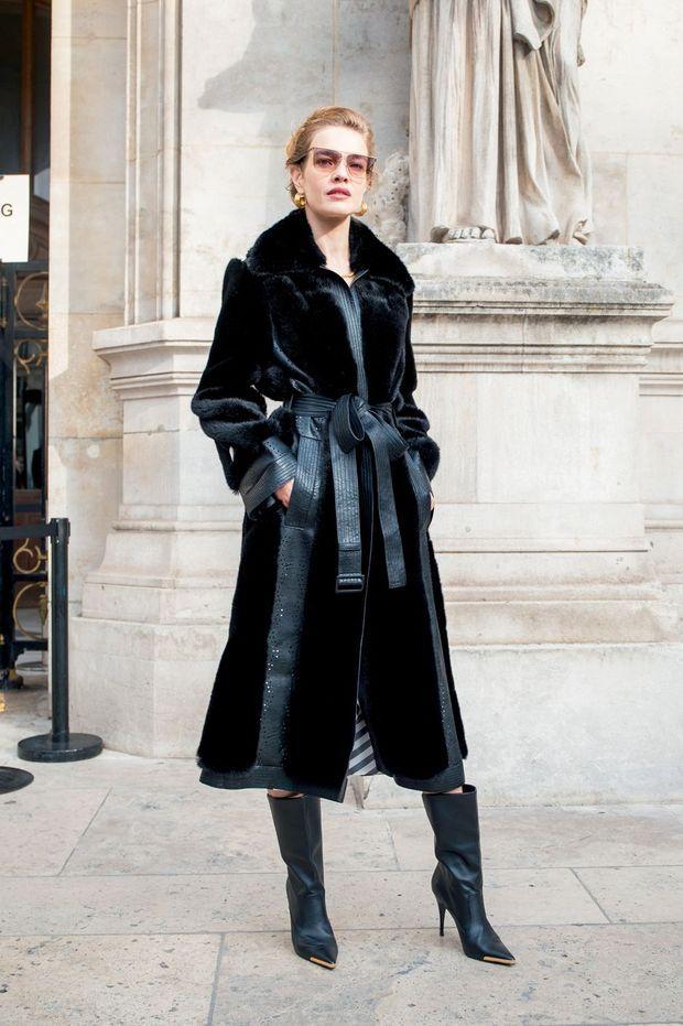 Natalie Vodianova porte un manteau Stella McCartney en fausse fourrure de maïs entièrement recyclable.