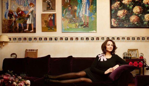 Nathalie dans le salon de sa maison du XIVe arrondissement de Paris, un quartier d'artistes.