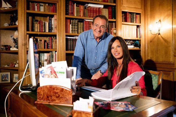 Nathalie et Jean-Pierre Pernaut dans le bureau bibliothèque