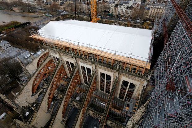 Le toit de la partie arrière de la cathédrale a été protégé d'une bâche.