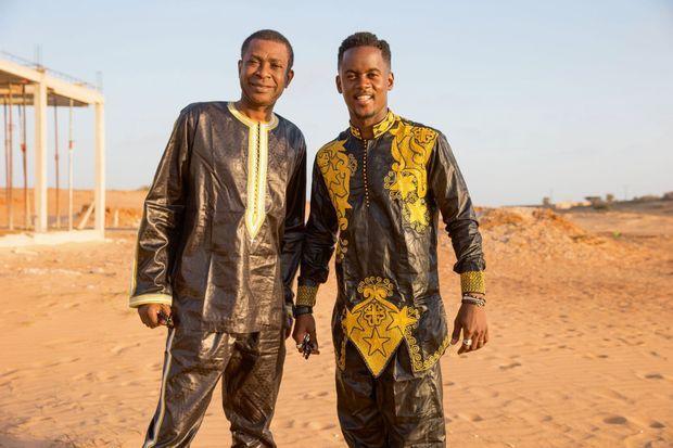 En tenue traditionnelle, Youssou N'Dour et Black M à Déni Birame Ndao, dans la grande banlieue de Dakar.