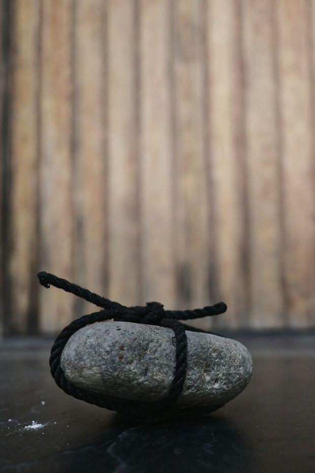 « Ne pas déranger » : le galet que le peintre pose devant la porte de son atelier quand il travaille.