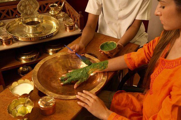 A Mysore, en Inde, une jeune femme se fait appliquer une préparation cosmétique à base de Neem. La plante, dont les branches servent aussi de dentifrice, fait partie intégrante de la culture indienne.