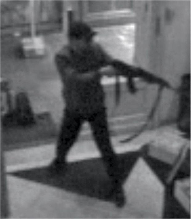 la caméra de surveillance du Musée juif de Bruxelles enregistre les images du tueur à la kalachnikov. L'attentat de Bruxelles fait quatre victimes, un couple de touristes israéliens, un jeune employé belge et une bénévole française de 67 ans.