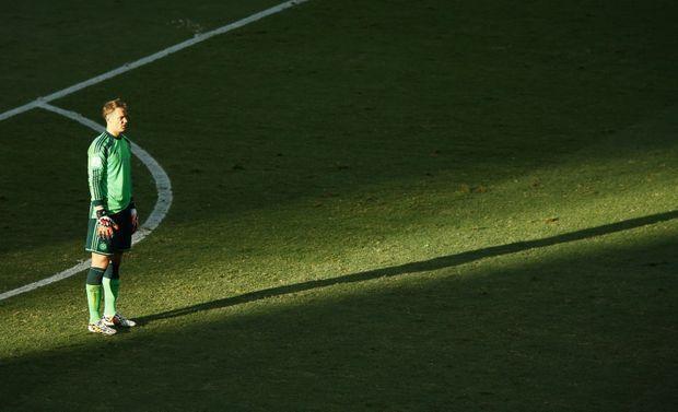 Manuel Neuer n'hésite pas à sortir de sa surface pour prendre part au jeu.