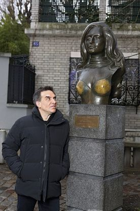 Luigi devant le buste de sa tante, érigé place Dalida, en 1997, pour les 10 ans de sa mort.