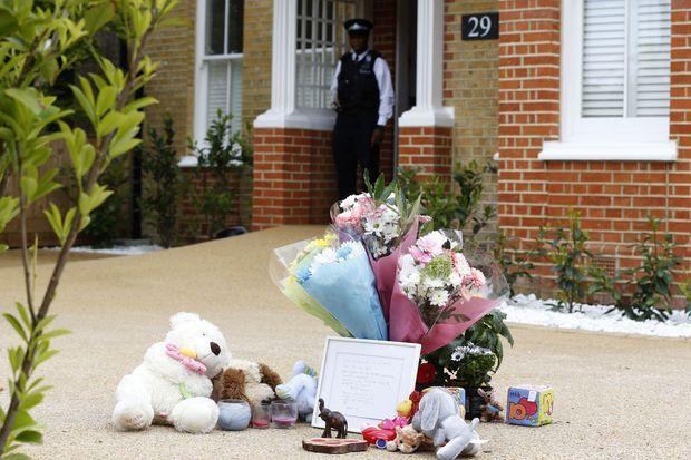 Fleurs et peluches ont été déposés devant la maison familiale.