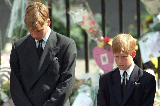 Les princes William et Harry à l'enterrement de leur mère, la princesse Diana, en septembre 1997