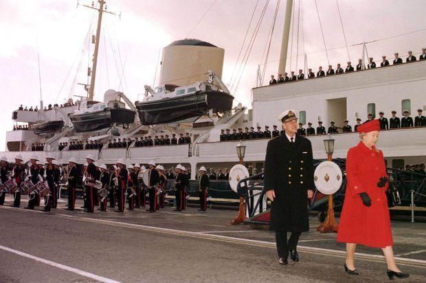 La reine Elizabeth II et le prince Philip, lors du désarmement du Britannia à Portsmouth, le 11 décembre 1997