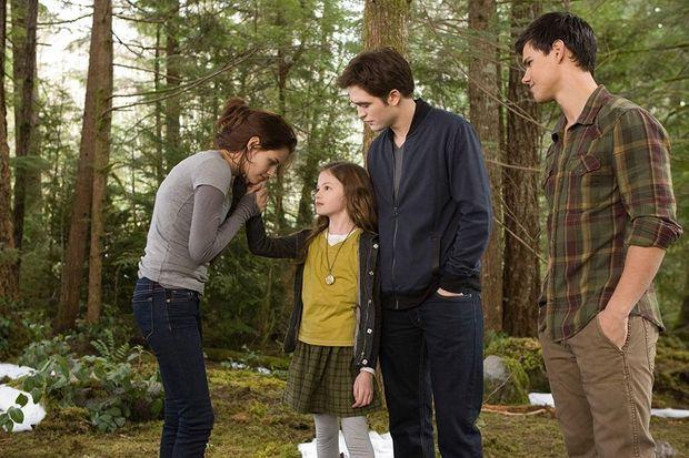 """Mackenzie Foy, entourée de Kristen Stewart, Robert Pattinson et Taylor Lautner dans """"Twilight, chapitre 4 : Révélation"""""""
