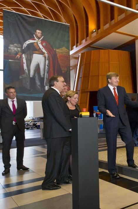 Le roi Willem-Alexander devant le portrait du roi Willem Ier à La Haye, le 16 mars 2015