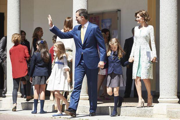 Le roi Felipe VI et la reine Letizia avec leurs filles Leonor et Sofia lors de la communion de Leonor à Madrid, le 20 mai 2015