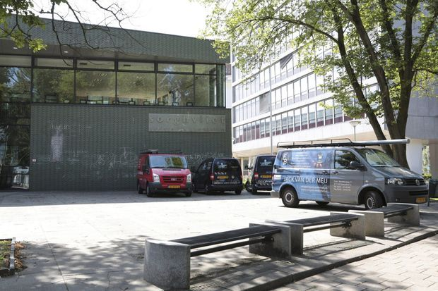 Des véhicules de sociétés de sécurité ont été photographiés devant la future école de la princesse Catharina-Amalia des Pays-Bas, le 5 août 2015