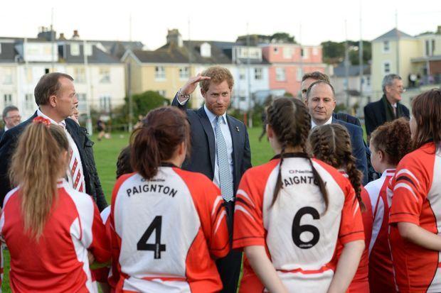 Le prince Harry avec de jeunes joueuses du Paignton Rugby Club, le 7 octobre 2015