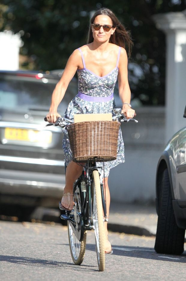 Pippa Middleton quitte son domicile à vélo à Londres, le 13 septembre 2016