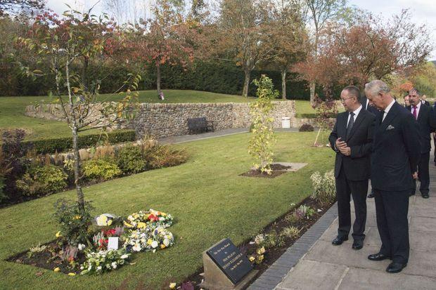 Le prince Charles dans le Aberfan Memorial Garden, le 21 octobre 2016