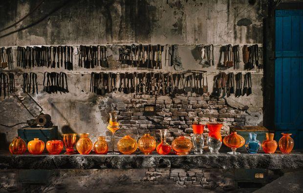 La collection des vases orange en 2017, avec à l'extrême droite celui en forme de tulipe des 50 ans du roi Willem-Alexander
