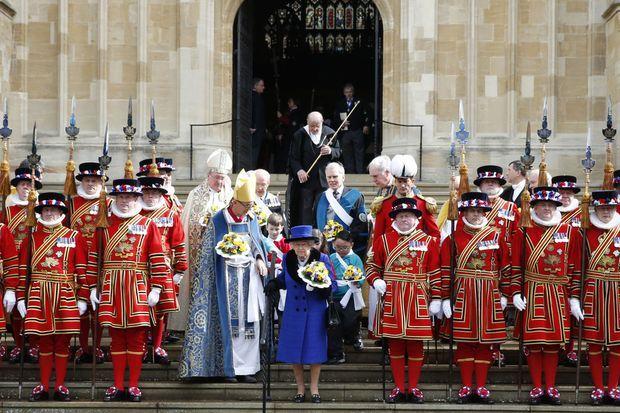 La reine Elizabeth II avec certains des Yeomen of the Guard au Royal Maundy Service à la chapelle St George à Windsor, le 29 mars 2018