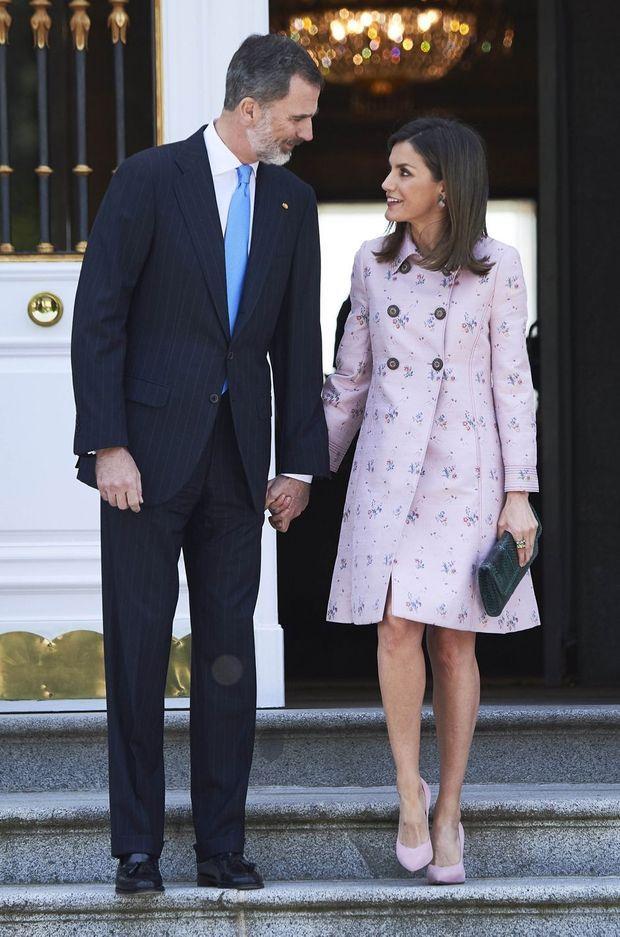 La reine Letizia d'Espagne dans un manteau Carolina Herrera à Madrid, le 25 avril 2018