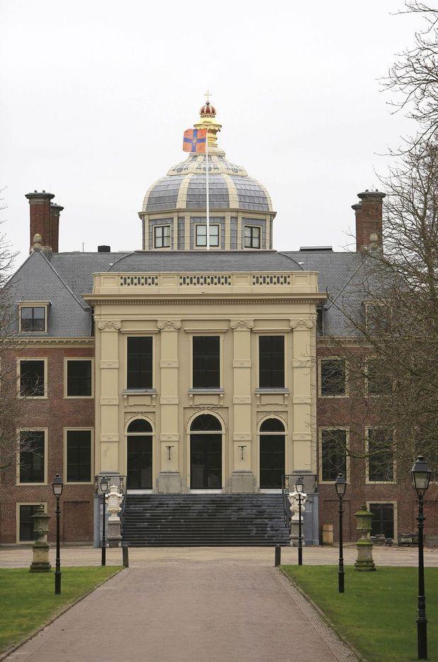 Le drapeau royal flotte au dessus de la Huis ten Bosch à La Haye, le 13 janvier 2019