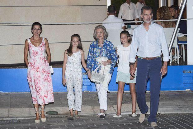La reine Letizia et le roi Felipe VI d'Espagne avec les princesses Leonor et Sofia et l'ex-reine Sofia à Portixol, le 4 août 2019