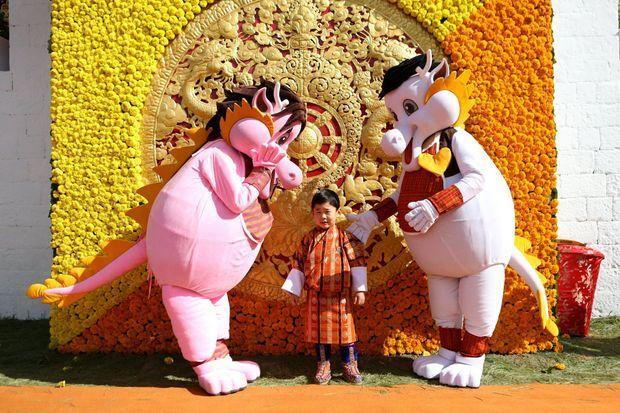 Le petit prince héritier du Bhoutan Jigme Namgyel avec les mascottes de la Fête nationale, le 18 décembre 2019