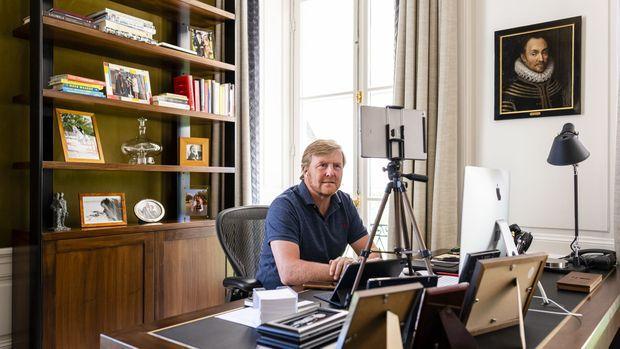 Le roi Willem-Alexander des Pays-Bas dans son bureau au palais Huis ten Bosch à La Haye, le 20 avril 2020