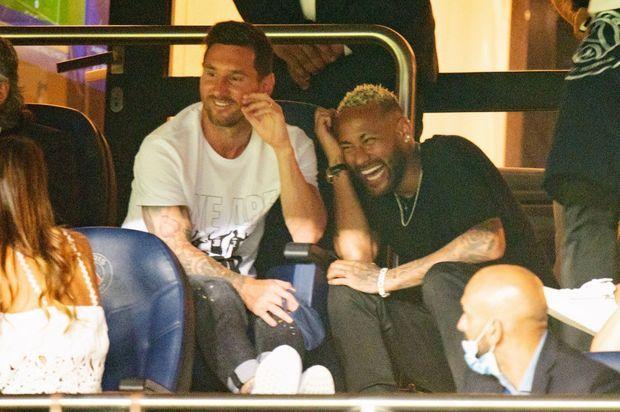 Avec son complice et ancien coéquipier Neymar qu'il retrouve au PSG, dans les tribunes du match contre Strasbourg.