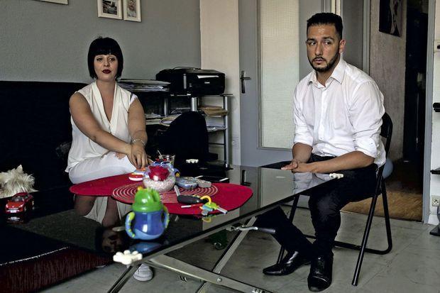 Alexie Deloffre et Patrick Richard chez eux, à Nice. Sur la table, des jouets de leur fils, miraculeusement indemne. Alexie a été gravement blessée, Patrick ne peut pas se remettre de ce qu'il a vu.