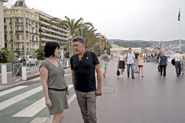 Sandrine et Serafino Londino de retour sur la Promenade. Ils ont tout vu et restent traumatisés. Ils se considèrent comme des victimes, même s'ils n'ont pas été touchés dans leur chair.