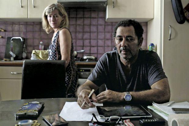 Abdallah Kebaier et sa compagne Françoise chez eux, à Nice. Gravement blessé, Abdallah a quand même eu la force d'assister au mariage de leur fille Monia deux jours après l'attentat.