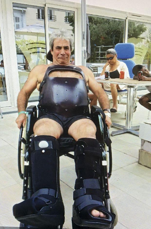 Antoine Silletta au centre de convalescence Atlantis de Nice, en septembre 2016, avec deux bottes de marche et un corset pour soulager sa blessure à une vertèbre. Il achetait des pralines quand le camion lui a roulé dessus