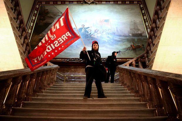 Nicholas Rodean et son drapeau «Trump is my president» dans le Capitole.