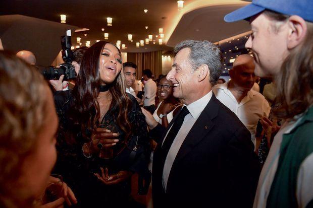 Nicolas Sarkozy au côté du mannequin Naomi Campbell, une amie de Carla, pendant la mi-temps du match.